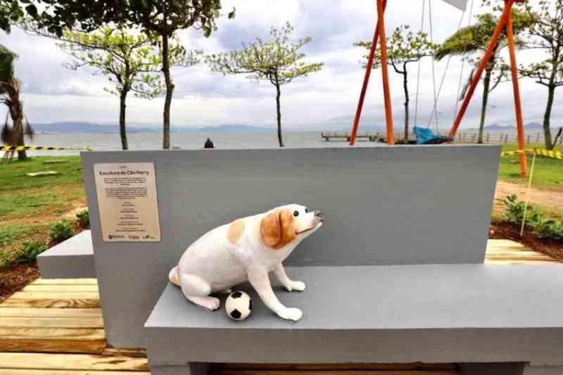 Estátua na Beira-Mar de Florianópolis (SC) homenageia e simboliza animais abandonados