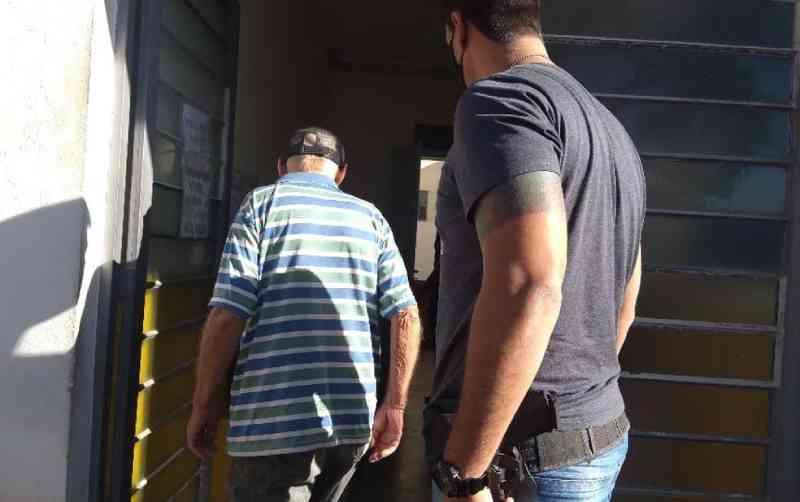 Idoso de 83 anos é indiciado após ser flagrado praticando zoofilia com cadela em Elias Fausto, SP