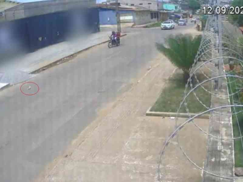 Câmeras de segurança flagram motorista jogando gata pela janela de carro no AC; veja vídeo