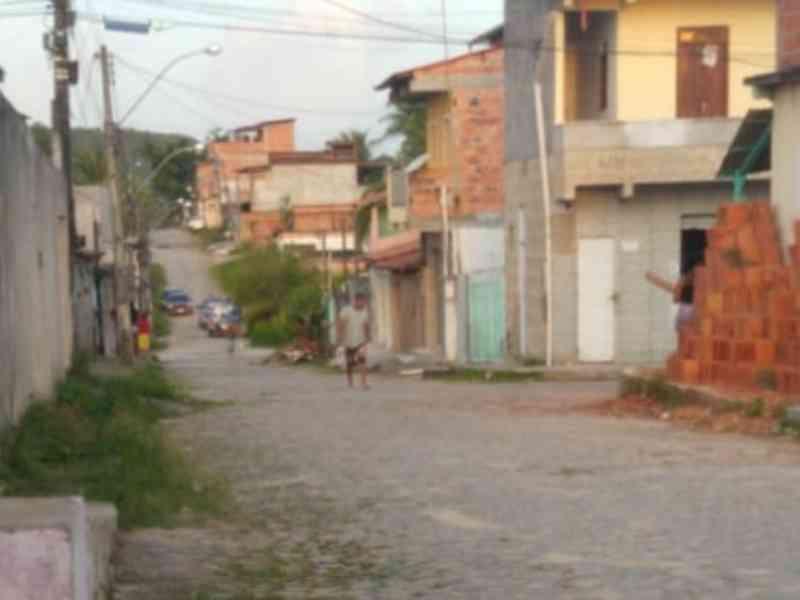 Homem arrasta cachorro com moto e tenta balear denunciantes na Bahia; veja vídeo