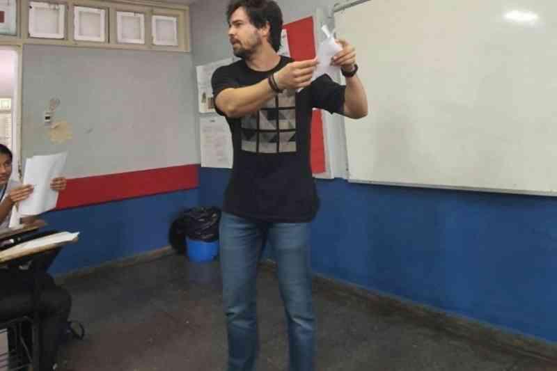 Professor de biologia usa origâmi para aulas de anatomia com dissecção em Brasília