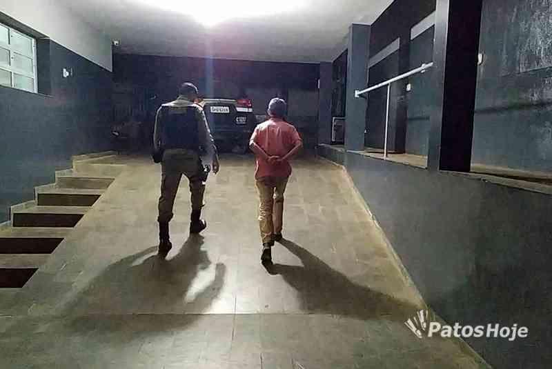 Homem de 30 anos é preso ao ser flagrado estuprando cães em Patos de Minas, MG