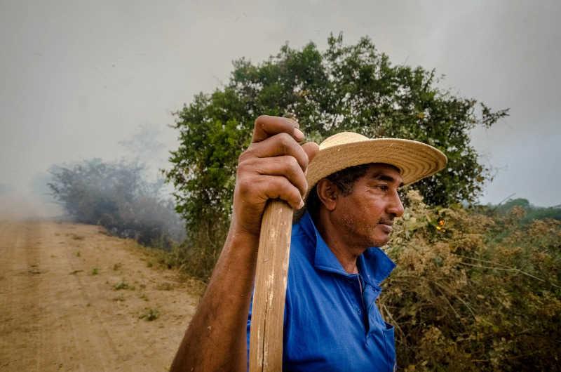 """O fotógrafo acompanhou o dia de Crovis: chamado para trabalhar com brigadista, ele conta que """"o fogo tem raiva, pula de um lado para o outro, vivo"""" (Foto: João Paulo Guimarães/Repórter Brasil)"""