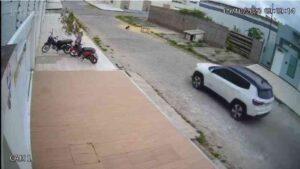 Crueldade: câmeras de segurança flagram carro matando cachorro atropelado em Itabaiana, SE