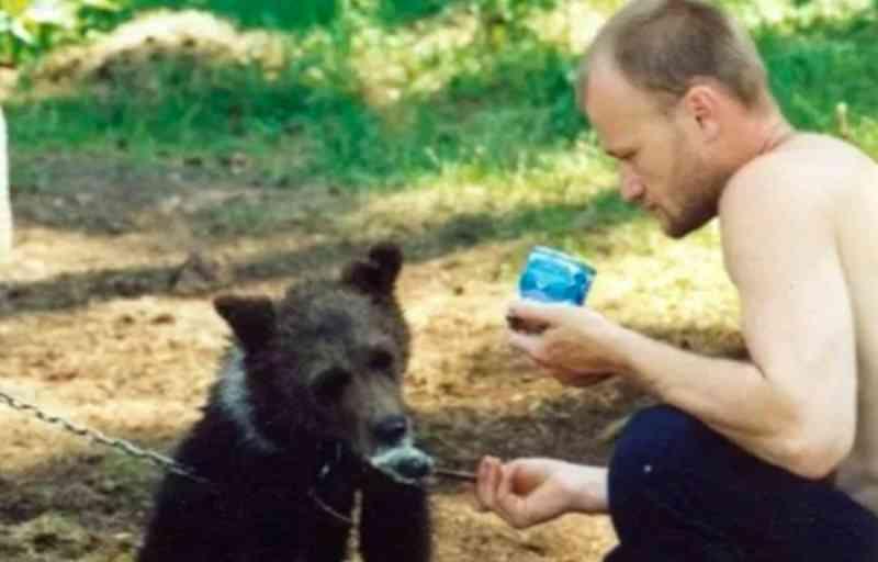Caçador que mantinha urso em gaiola é morto pelo animal