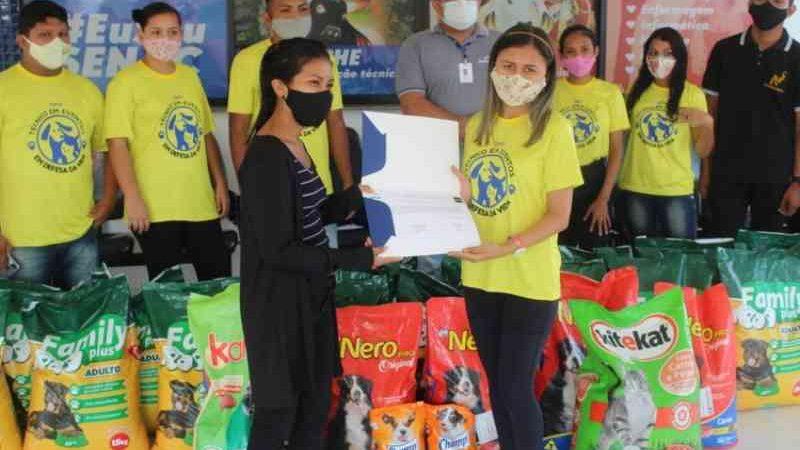 Nilton Lins Alunos arrecadam meia tonelada de ração para animais de rua no Amazonas
