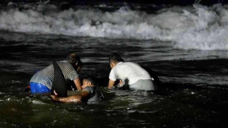 Luta contra o relógio no Sri Lanka para salvar uma centena de cetáceos encalhados na praia
