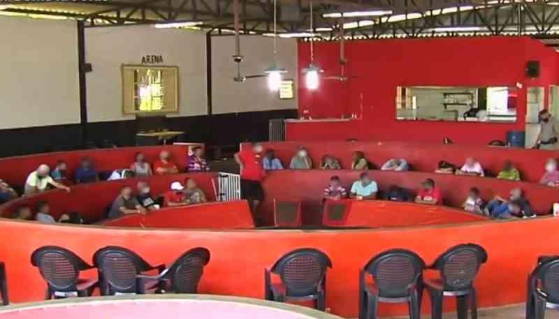Oficial de Justiça, militar e outras 45 pessoas são flagradas em rinha de galo com apostas de até R$ 50 mil, em Bonfinópolis, GO