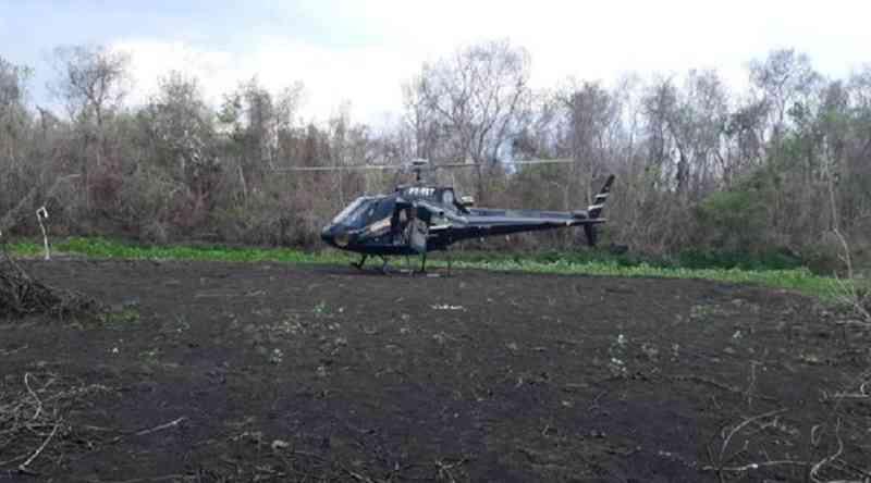 Helicóptero distribui alimentos e água para animais do Pantanal