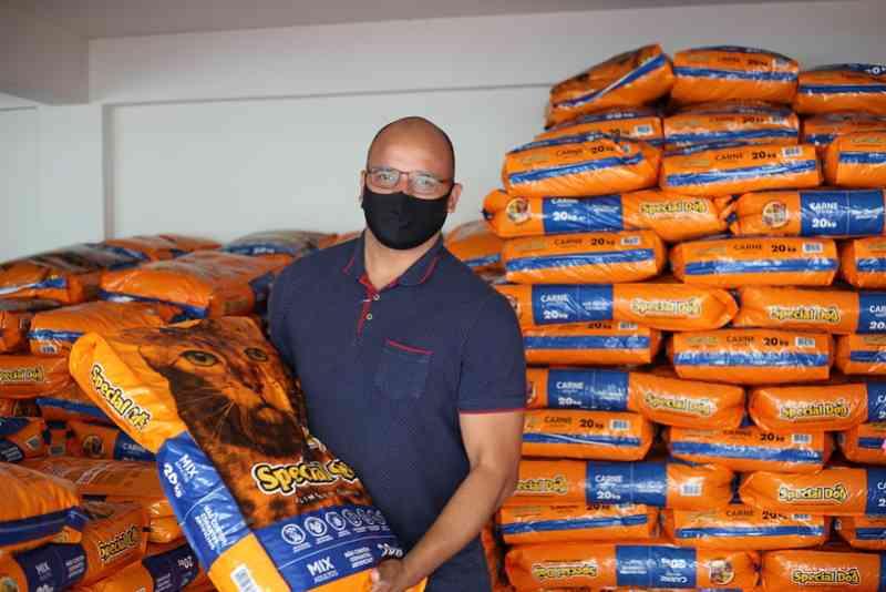 Secretaria de Agricultura entrega seis toneladas de ração a ONGs e protetores de animais, em Foz do Iguaçu, PR