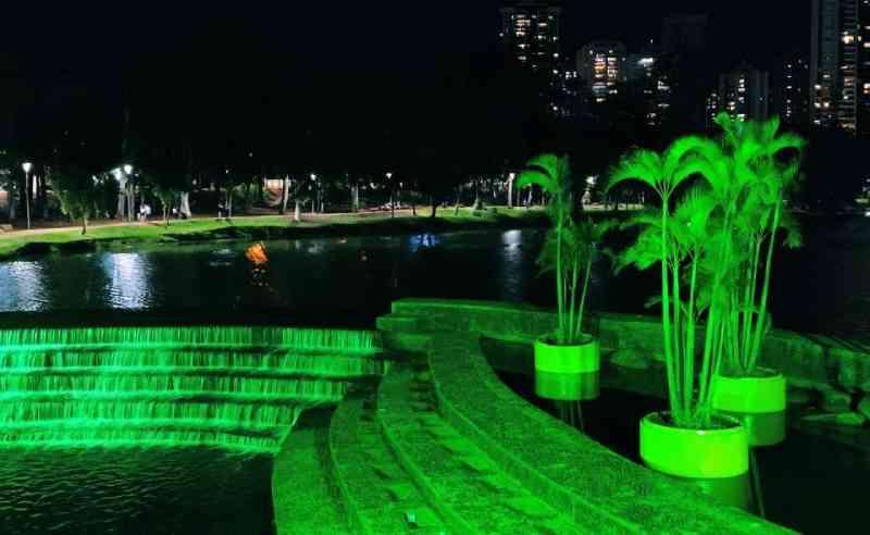 Monumentos são iluminados de verde em campanha de proteção aos animais em Londrina, PR