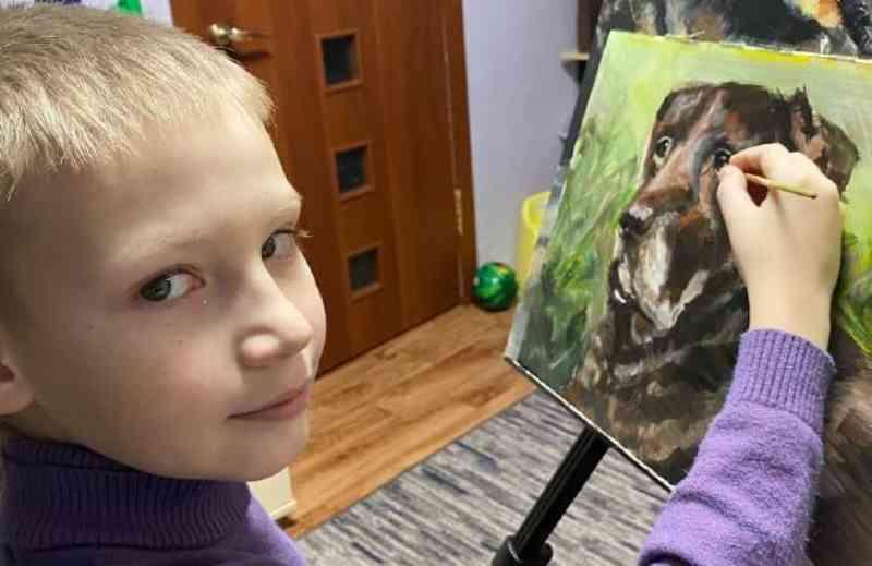 Garoto de 10 anos vende pinturas para ajudar animais abandonados