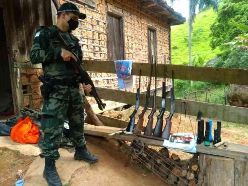 Caçadores são flagrados em Atílio Vivácqua (ES). Cães eram mantidos famintos