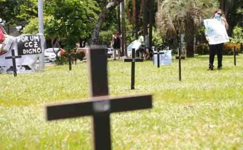 Com cruzes, grupo protesta contra 'eutanásia' de cachorros com leishmaniose no CCZ de Campo Grande, MS