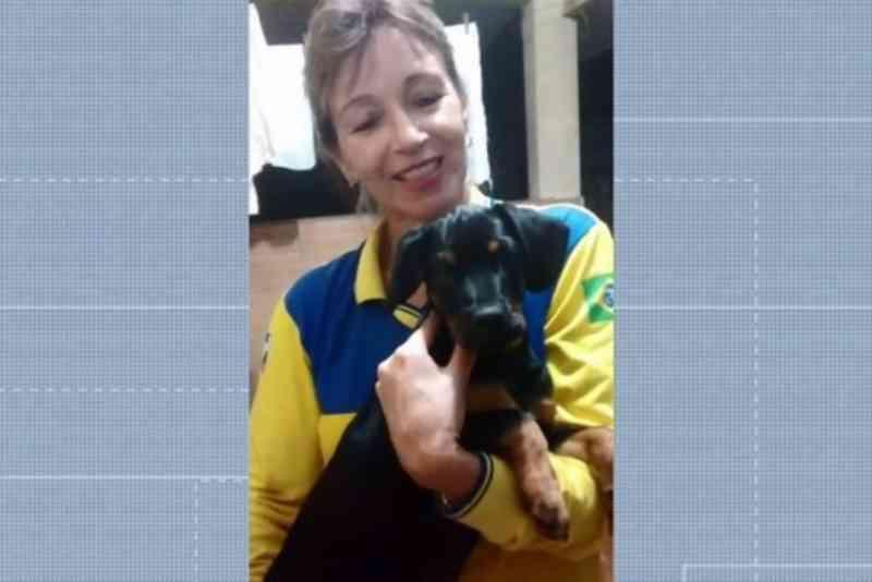 Entregadora dos Correios distribui ração para cães de rua durante o trabalho no PR