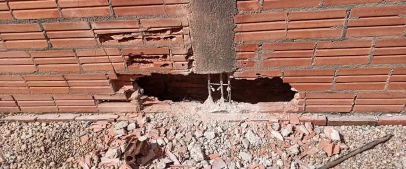 Buraco feito no muro para retirar uma cachorra que ficou presa entre duas paredes em Pimenta Bueno — Foto: Pimenta Virtual/Reprodução