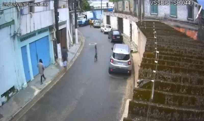 Motorista de caminhão de coleta de lixo que atropelou cachorro é afastado em São Vicente, SP