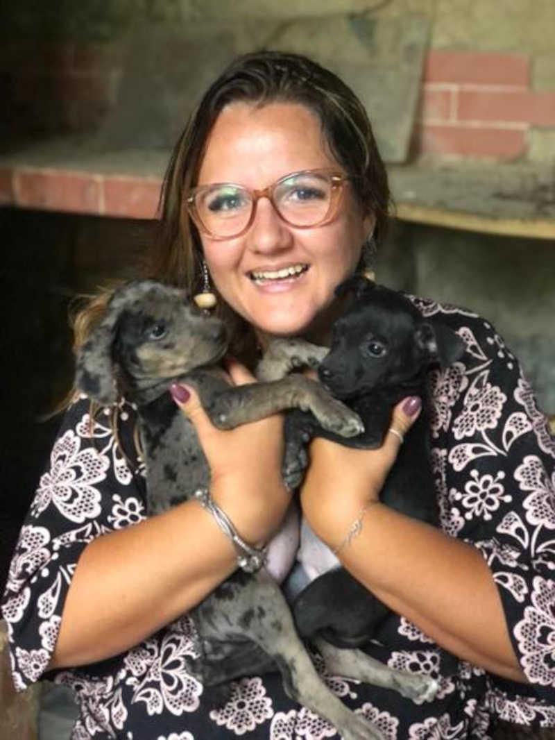 A protetora de animais Erica Carrijo tem um abrigo em Jacarepaguá que serve de lar temporário para antes dos animais serem adotados Foto: Acervo pessoal