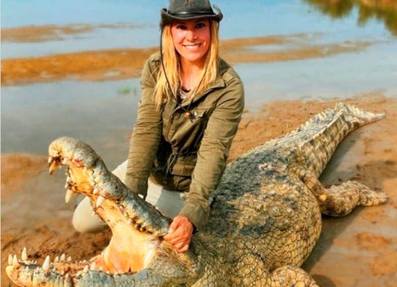 Atriz e apresentadora causa revolta ao matar crocodilo de 60 anos e postar dizendo que precisava de uma bolsa nova