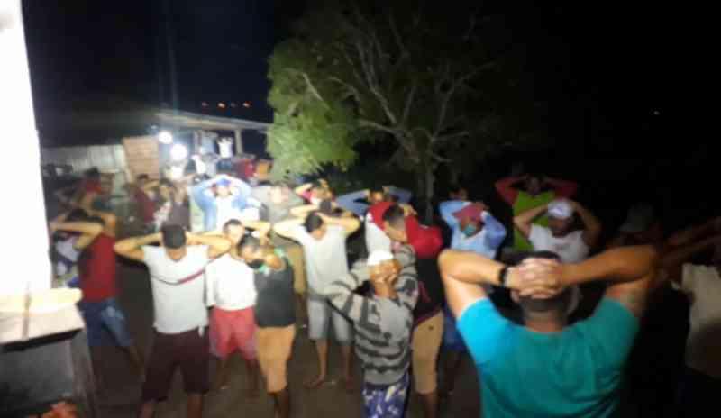 Polícia apreende armas, drogas e dezenas de animais em rinha de galo em Arapiraca, AL