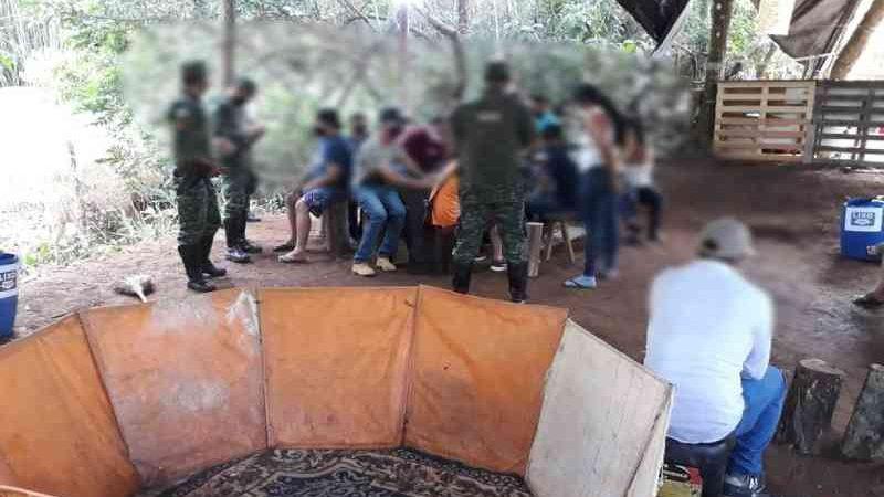Mais de 20 pessoas são detidas em rinha de galo em Patrocínio, MG