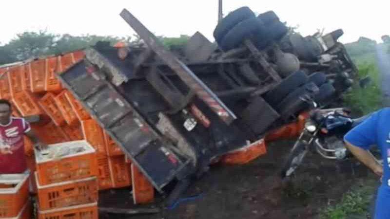 Caminhão carregado de frangos tomba em rodovia do RN e parte dos animais morre