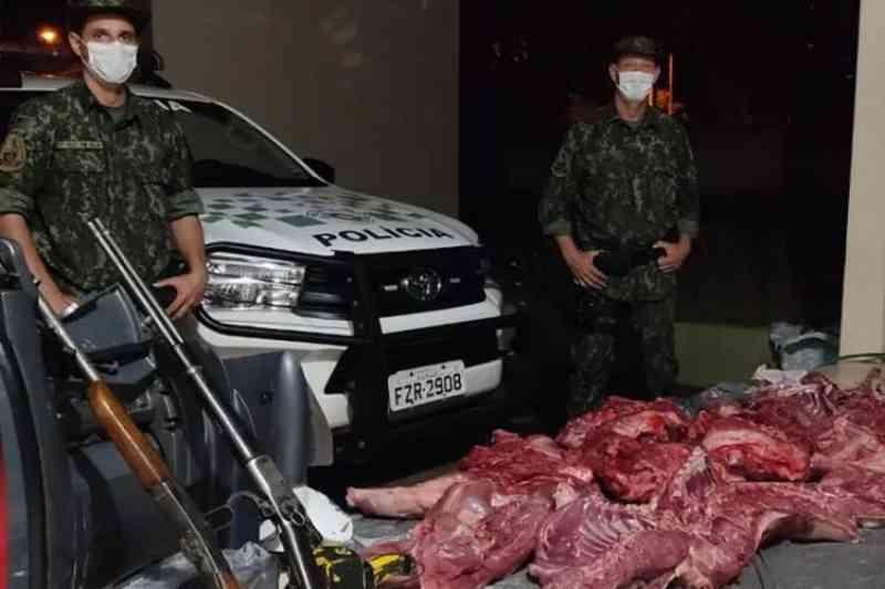 PM Ambiental detém dois caçadores e apreende quase 140 quilos de carne de capivara em Paulicéia, SP