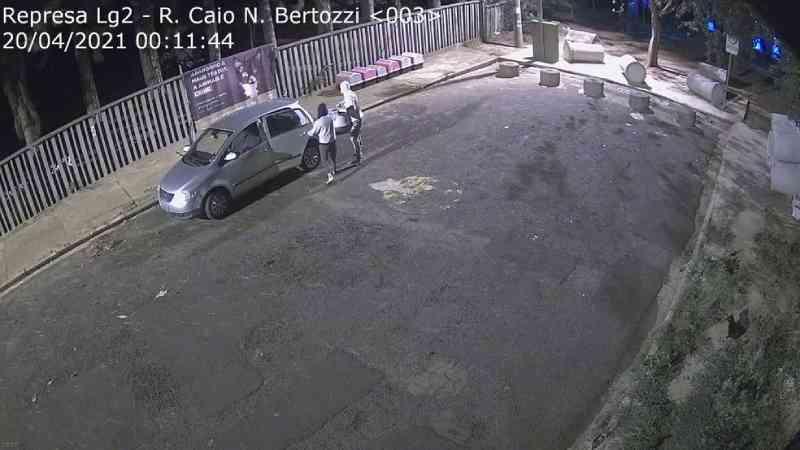 Câmera flagra momento em que dupla abandona filhotes de cachorro na frente de banner contra maus-tratos a animais em Rio Preto, SP