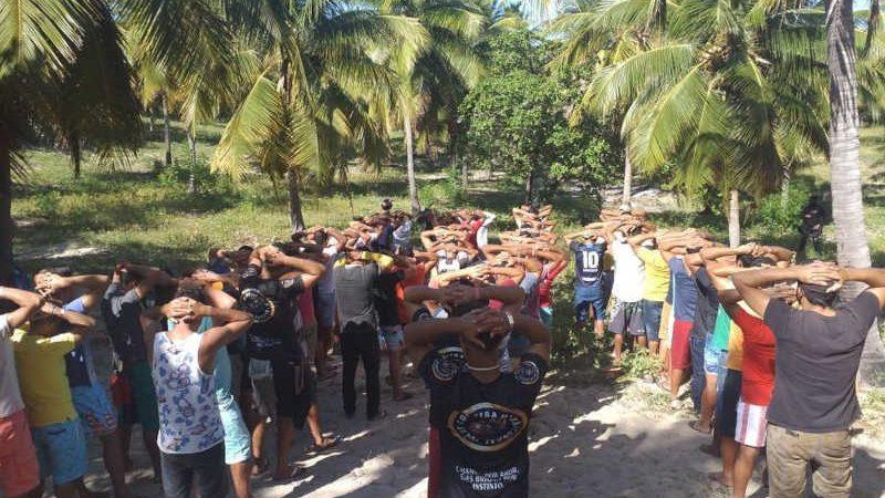 Dez pessoas são detidas por promoverem rinha de galos em Acaraú, no Ceará; 55 animais são resgatados