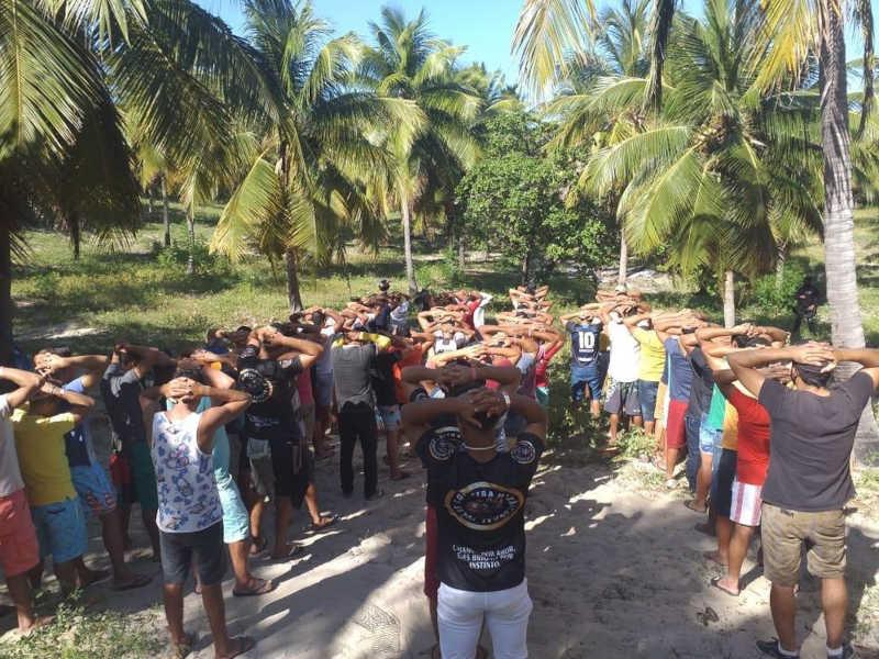 Dez pessoas são detidas por promover rinha de galos em Acaraú, no Ceará; 55 animais são resgatados