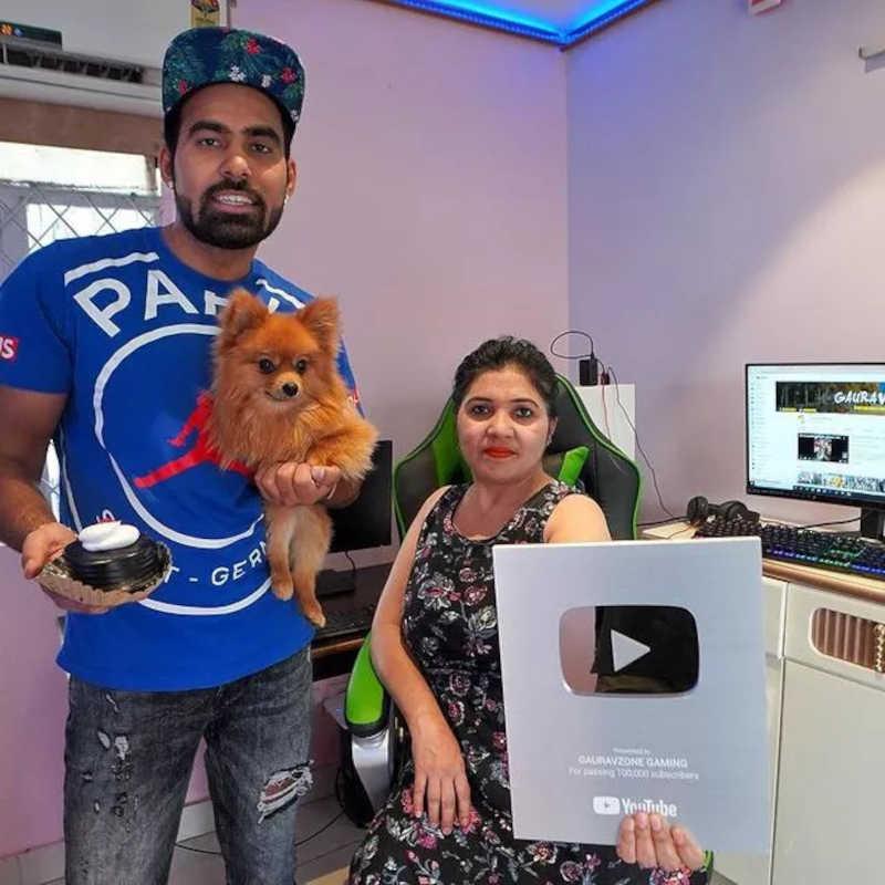 Gaurav Sharma, sua mãe e o cão Dollar (Foto: reprodução Instagram)