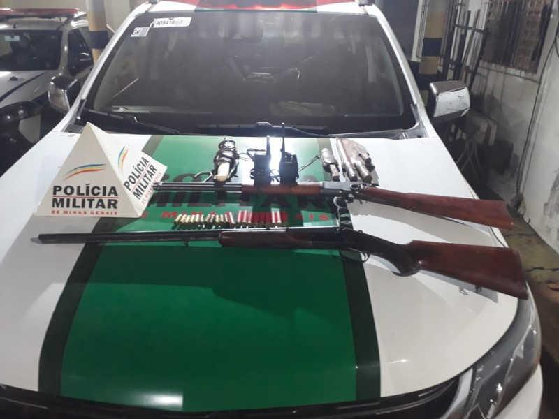 Armas e facas apreendidas com a dupla — Foto: Polícia de Meio Ambiente/Divulgação