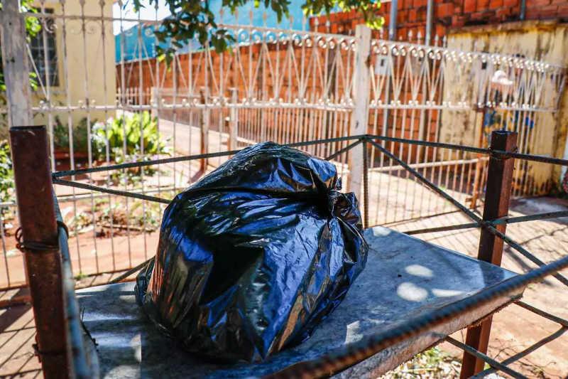 Galinha foi retirada do portão e colocada na lixeira (Foto: Henrique Kawaminami)