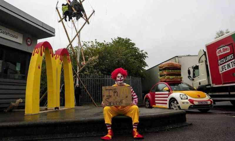 Grupo de direitos dos animais bloqueia centros de distribuição do McDonald's no Reino Unido