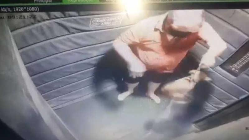 Agressões foram flagradas por câmera de segurança de elevador (Foto: Reprodução)