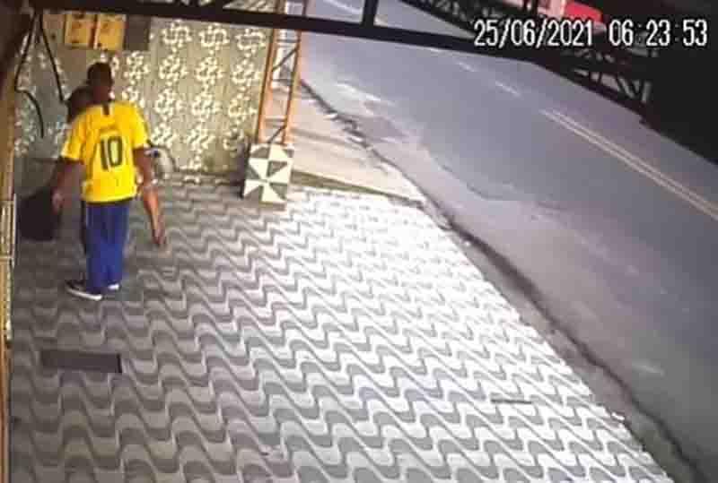 Casal abandona filhotes de cachorro em pet shop de Manaus, AM