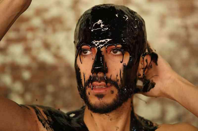Grupo de ativistas protesta contra o uso de peles de animais, cobrindo-se de 'lama tóxica'