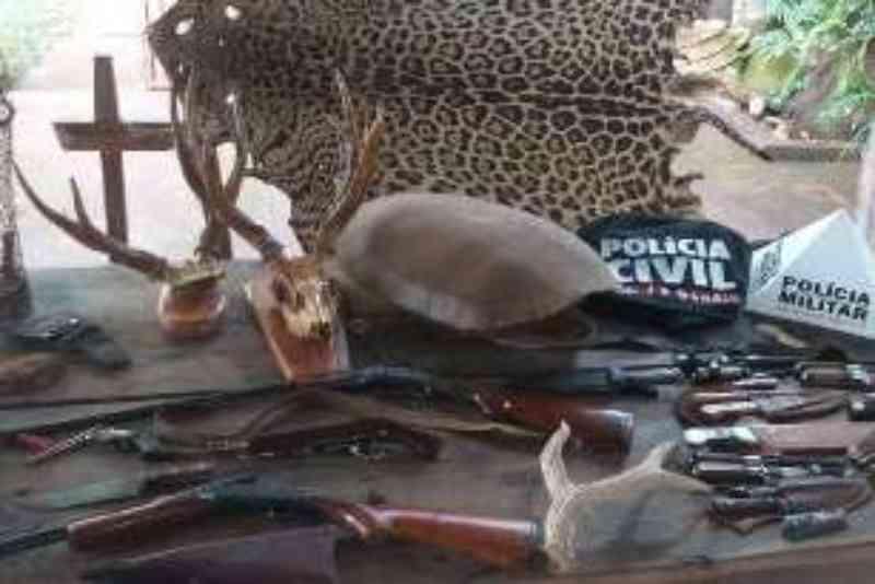 Operação policial apreende armas e partes de animais em casa de Ituiutaba, MG