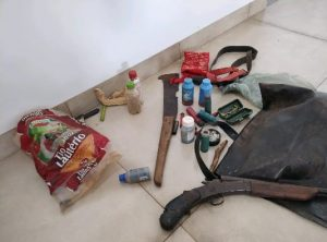 Arma e materiais de caça apreendidos pelos policiais militares rodoviários.