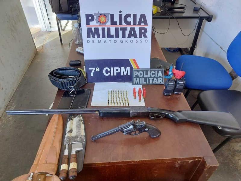 Foram apreendidas armas, rádios, identidade e celulares — Foto: PM/MT