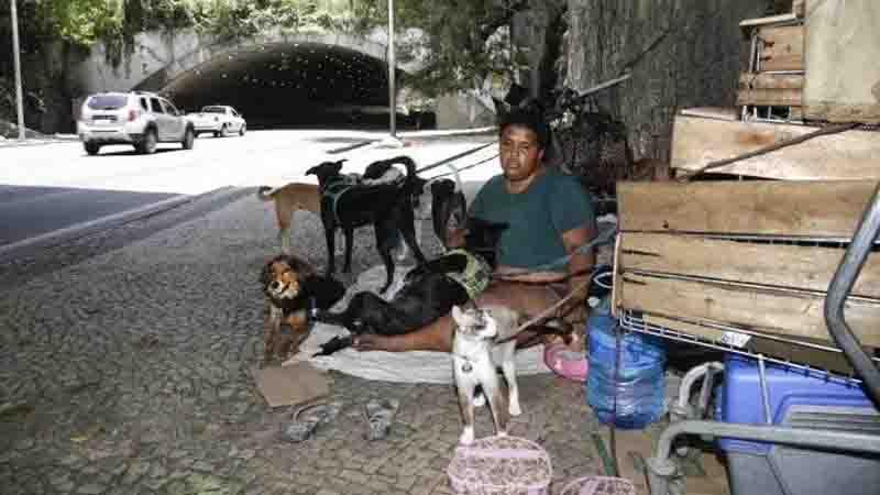 Moradores de rua terão o direito de entrar em abrigos com seus animais de estimação no Rio