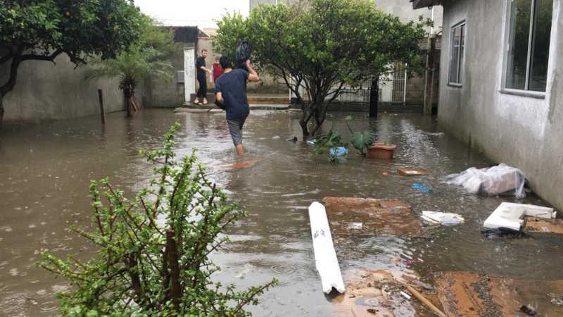 Uma das casas no Rio Vermelho que entrou água por causa da chuva em Florianópolis — Foto: Ana Vaz/NSC TV