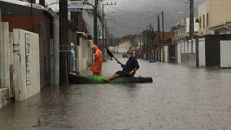 No bairro Rio Vermelho, moradores usam embarcação para se deslocar — Foto: Ana Vaz/NSC TV