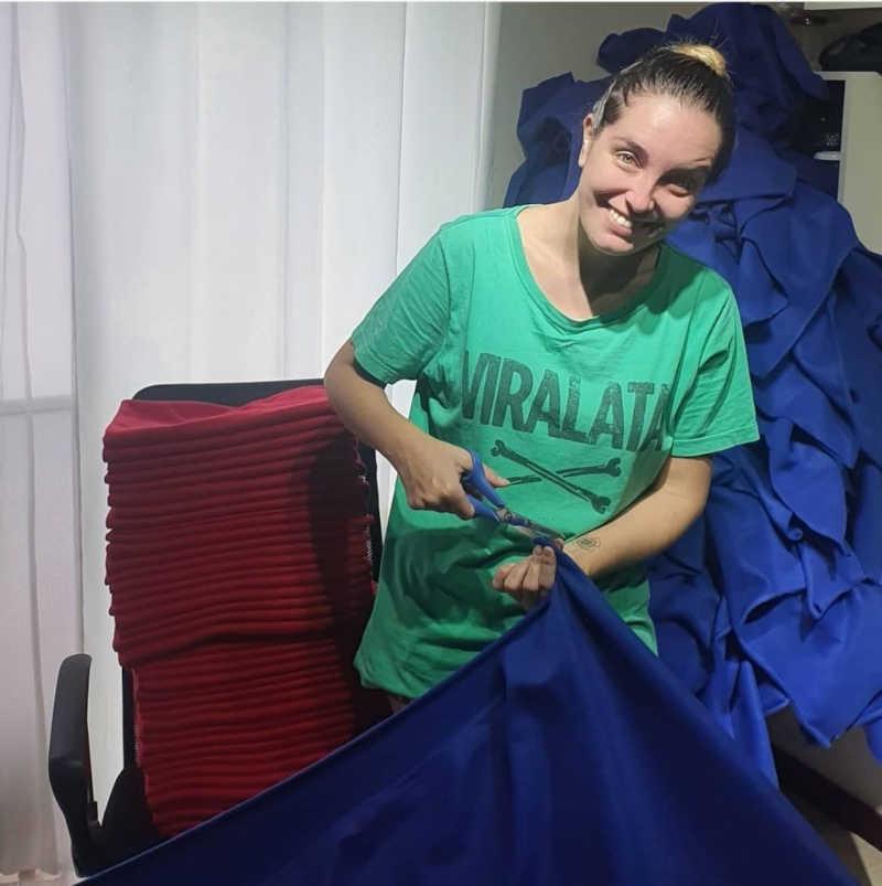 Presidente da ONG, Paula Negre, costurou diversos cobertores no ano passado   Foto: Divulgação