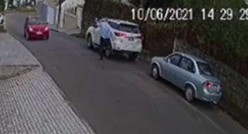 Câmera flagra homem chutando cachorro, em Joinville, SC