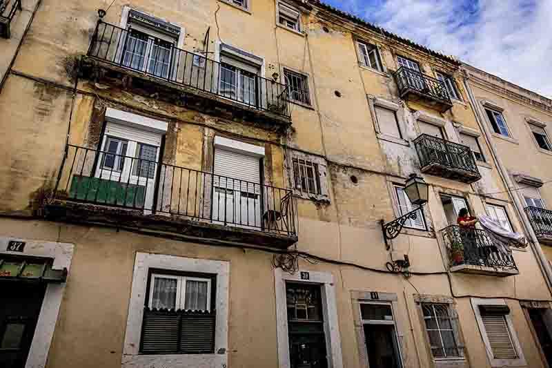 Portugal: PAN quer proibir animais acorrentados e em varandas durante mais de três horas