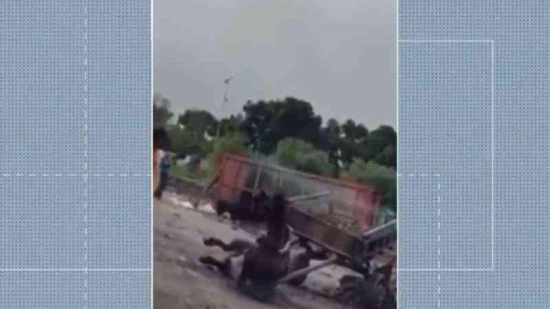 Cavalo não suporta peso da carroça e cai no chão, em Feira de Santana. — Foto: Reprodução/TV Subaé