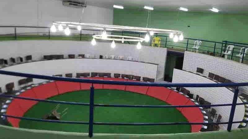 Sítio onde ocorria a rinha tinha uma arena montada para os galos se enfrentarem. Foto: Polícia Militar/ Divulgação