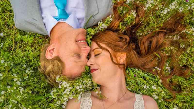Casal celebra casamento rodeado de animais salvos de matadouros
