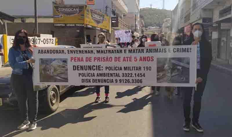 Grupo manifesta pela não violência aos animais em Formiga, MG